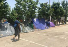 مهاجران در بوسنیا گیرمانده اند، در حالی که مردم محلی آن جا را ترک میکنند