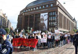 تظاهرات نهادهای حقوق بشری و احزاب طرفدار مهاجر در اعتراض به اخراج اجباری پناهجویان افغانستانی از فنلند!